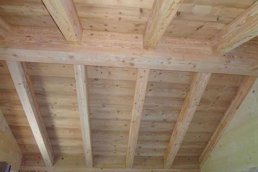 soffitto a travi dello chalet in legno in Valle Spluga