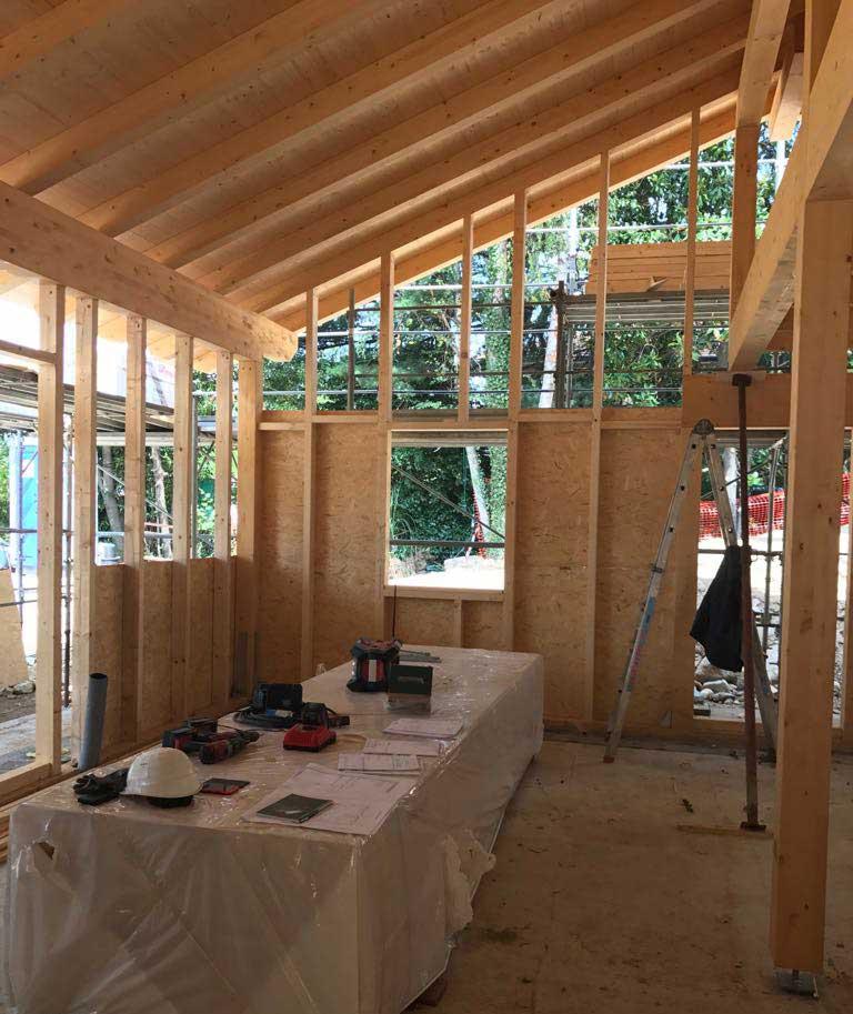 costruzione dell'interno della casa in legno a Trevisago