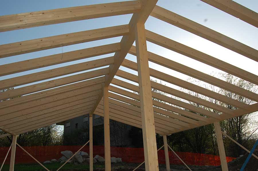 costruzione tetto della casa in legno a Malgesso