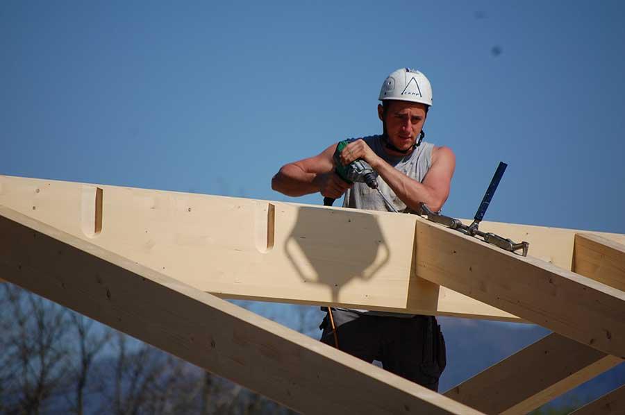 operaio al lavoro nel cantiere della casa in legno a Malgesso