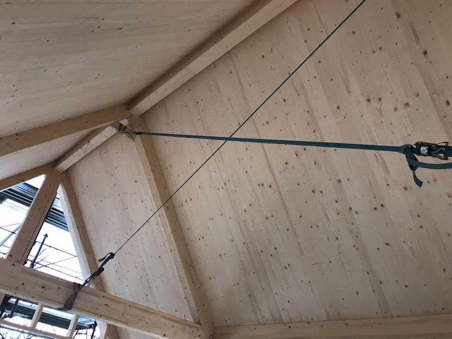 costruzione della copertura in legno della villa a Ponteranica