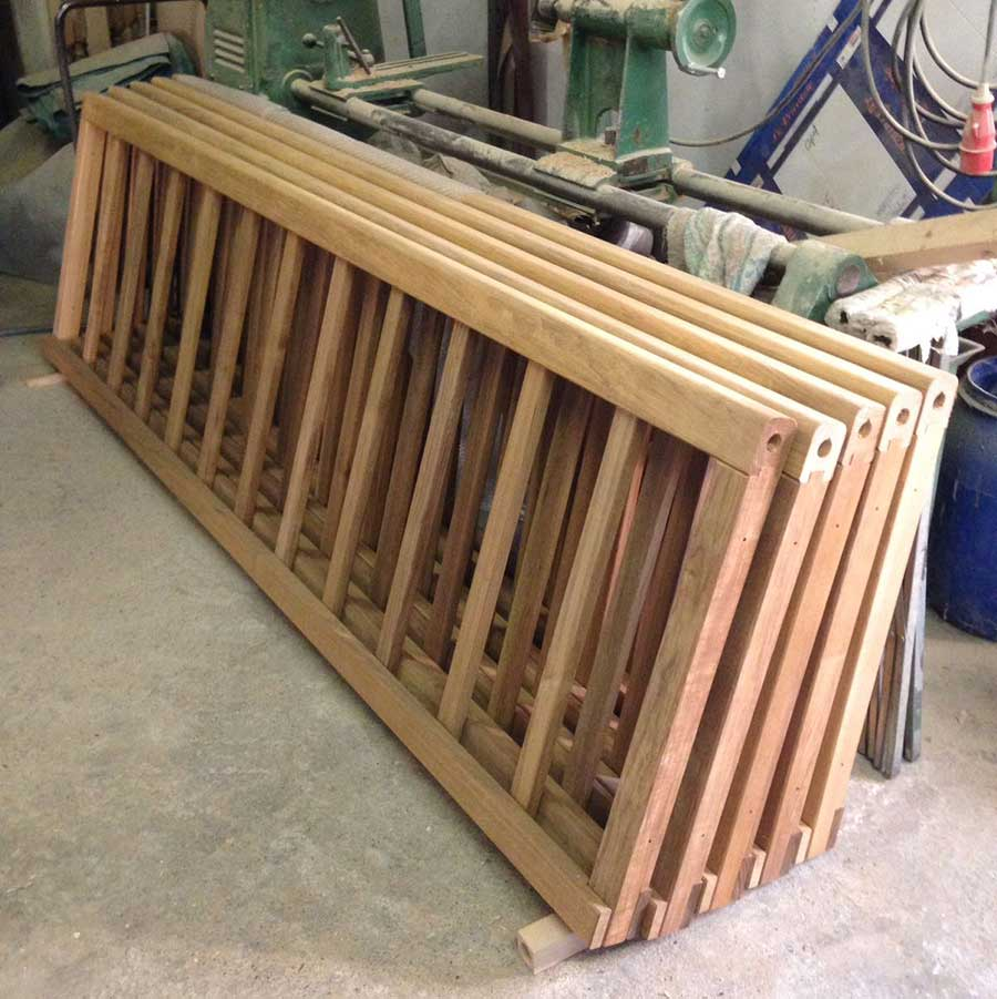 pezzi del ponte in legno da costruire
