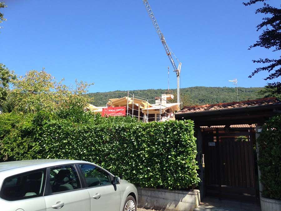 vista dalla strada della costruzione del sopralzo in legno a Gavirate